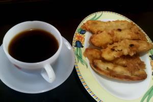 secangkir kopi dan pisang goreng
